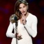 Стилист Джоли подобрал отчиму Кем Кардашьян, который сменил пол, роскошные наряды (фото)
