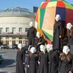 По Киеву возили огромную разноцветную голову Гоголя