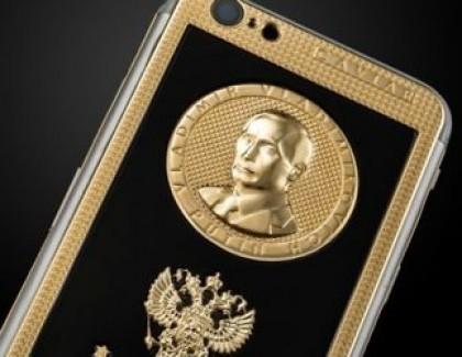 Вокалисту Rammstein подарили золотой iPhone с портретом Путина (фото)