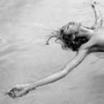 Модель Victoria's Secret любит плавать в бассейне голой (фото)