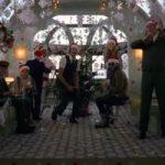 Эдриан Броуди сыграл кондуктора в рождественской рекламе
