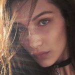 20-летняя модель выбрала для встречи с подругой кружевной прозрачный топ без белья (фото)