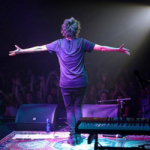 Земфира разбилась, прыгнув в толпу поклонников на концерте