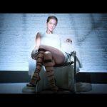 23-летняя модель повторила известную эротическую сцену с Шэрон Стоун (видео)
