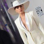 Леди Гага гуляет по Парижу в жакете от Валентина Юдашкина (фото)