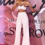 Конфуз на модной премии: у 26-летней британской модели с груди сполз топ (фото)